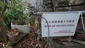 食環署在飲水處設立標示牌,提醒遊人井水不可直接飲用。