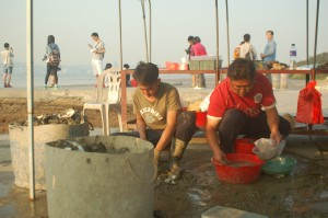 漁民採集一排排鮮蠔作生曬蠔豉。