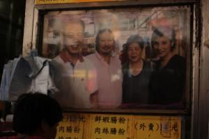 明哥的太大(右二),從沒計較丈夫做蝕本生意,更風雨不改的到店內幫忙。