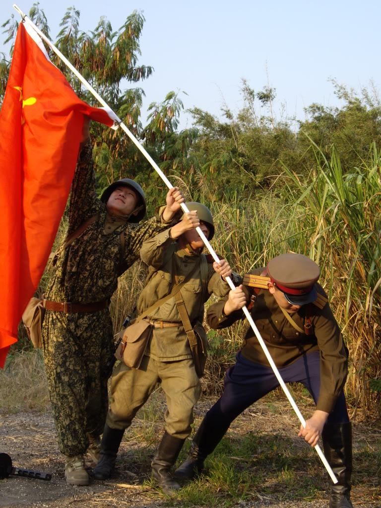 經典的一幕 — 蘇聯紅軍在反攻柏林插旗,當然要重演。
