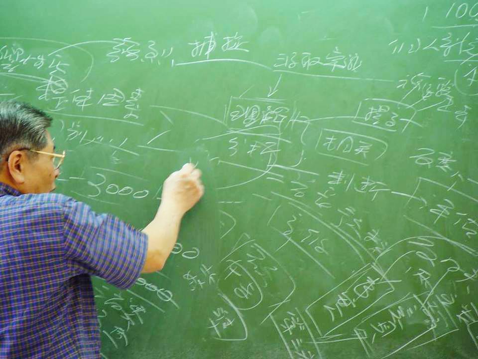 黃教授教學時愛寫滿整個黑板,學生形容為「拋物線」字跡。
