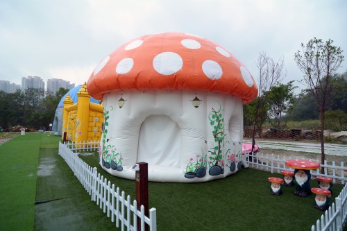 蘑菇形營帳大受家庭租客「熱捧」。