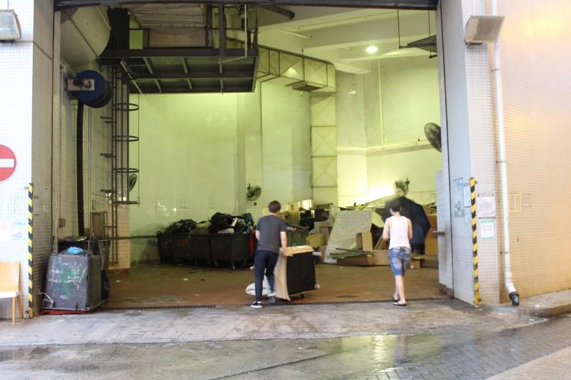 逸東邨居民將傢俬棄於一號停車場垃圾站。(許海南攝)