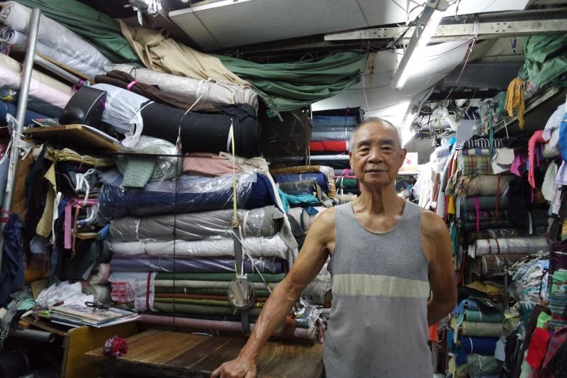 從事布販行業 50 多年的東叔。