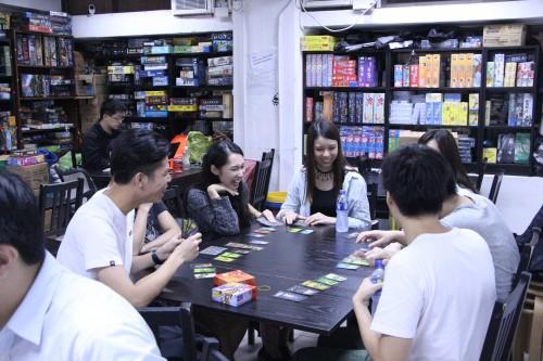 與朋友們一起玩桌遊,更能感受當中樂趣。(顏碧珍攝)