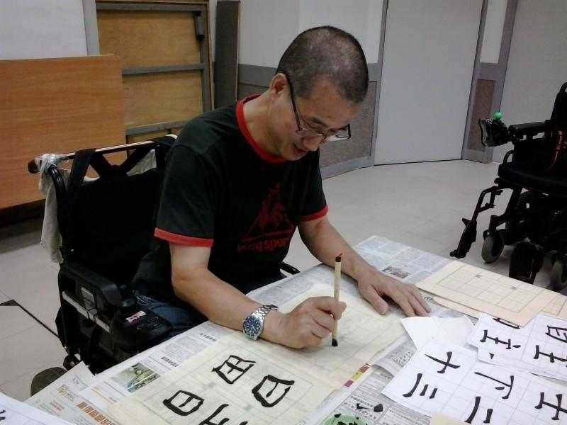尹三洋是一名中期小腦萎縮症病人。