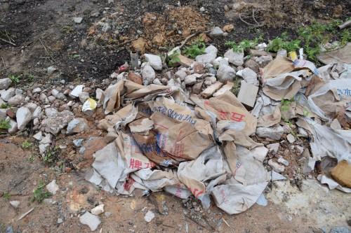 記者於現場發現被棄置的鋼根及水泥袋。