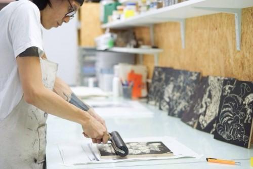 近年醉心版畫創作,阿 Jan 亦曾舉行畫展。(受訪者提供)