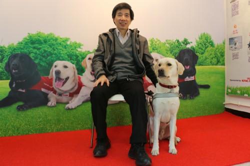視障人士Joe及其導盲犬Walker。