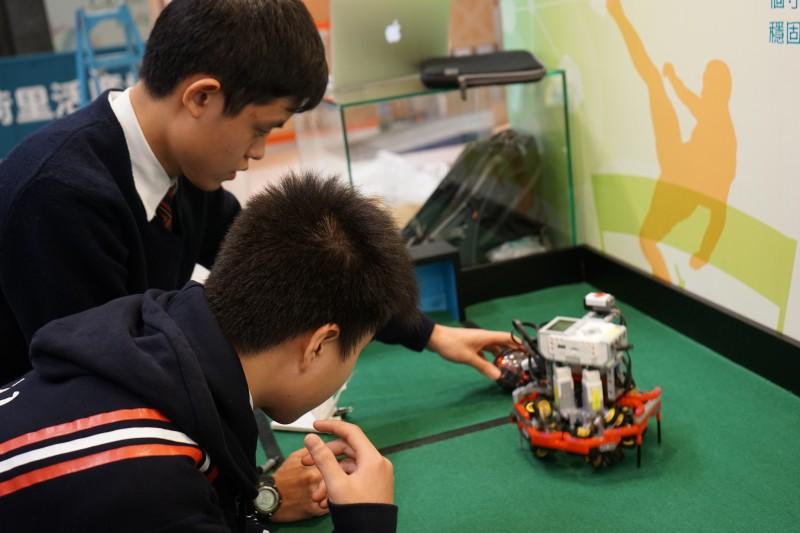 創新及科技局回應表示,中學資訊科技增潤計劃會根據所有本地中學提交的建議,在學科課程以外,提供不同的資訊科技學習活動。