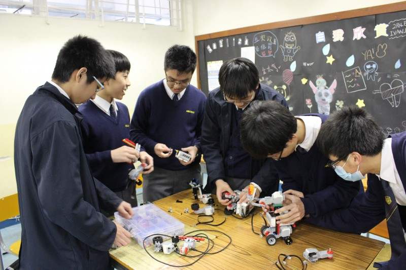 創新及科技局回應表示, 中學資訊科技增潤計劃會根據所有本地中學提交的建議,在學科課程以外,提供不同的資訊科技學習活動。