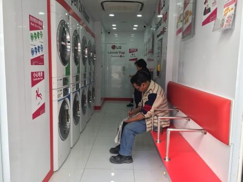 洗得喜店內的洗衣機及乾衣機上貼有標籤,指示顧客依次序按按鈕。