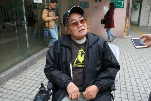 徐伯以輪椅代步,曾因被巴士車長拒載而感到無奈。